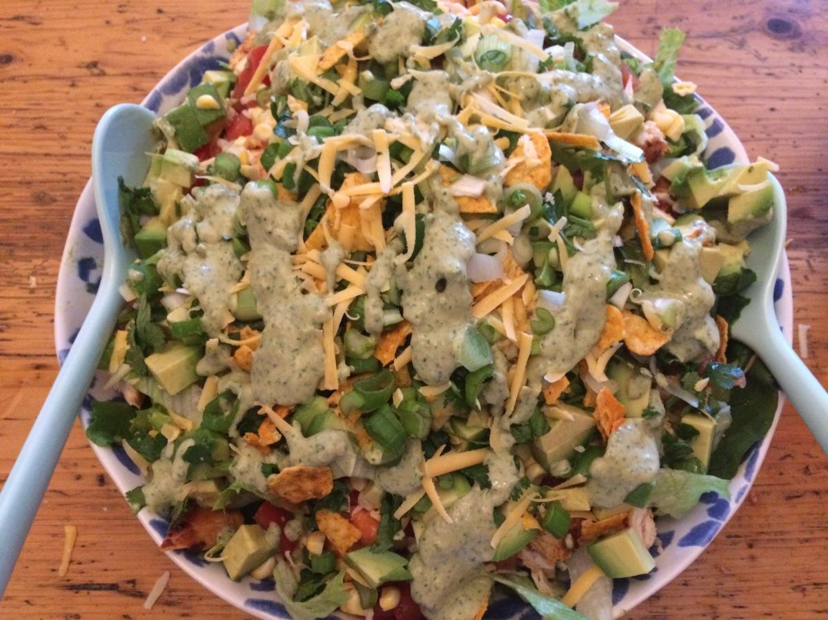 Taco-Salat mit homemade Ranch-Dressing, Hähnchen und Nacho-Chips