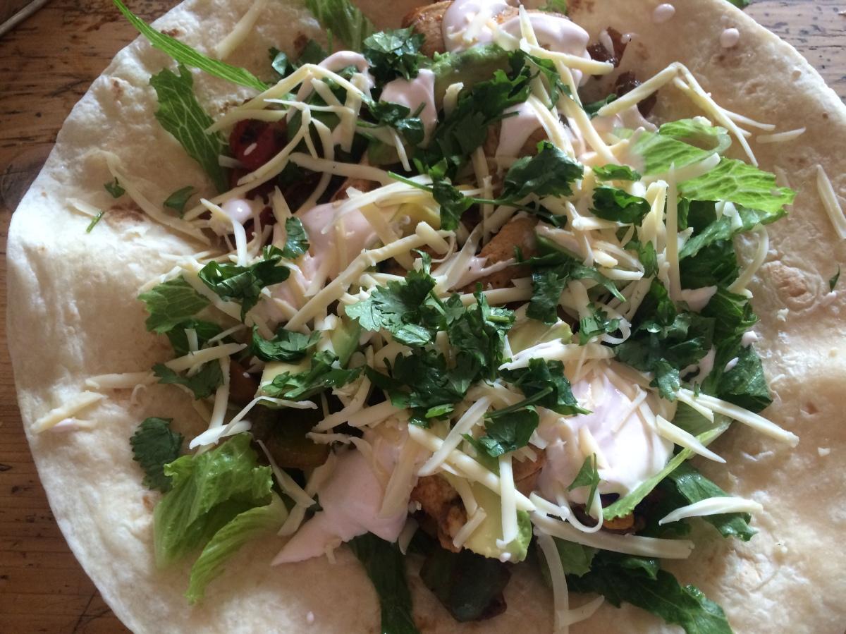 Wraps mit Hähnchen, Paprika-Zwiebel-Gemüse, Avocado, Käse und Sriracha-Sauce