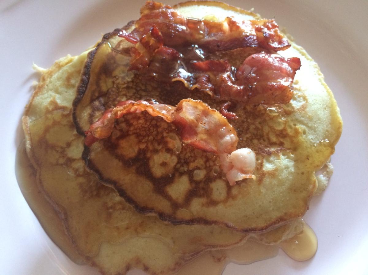 Sonntagsfrühstück: Klassische Pancakes mit Bacon und Ahornsirup