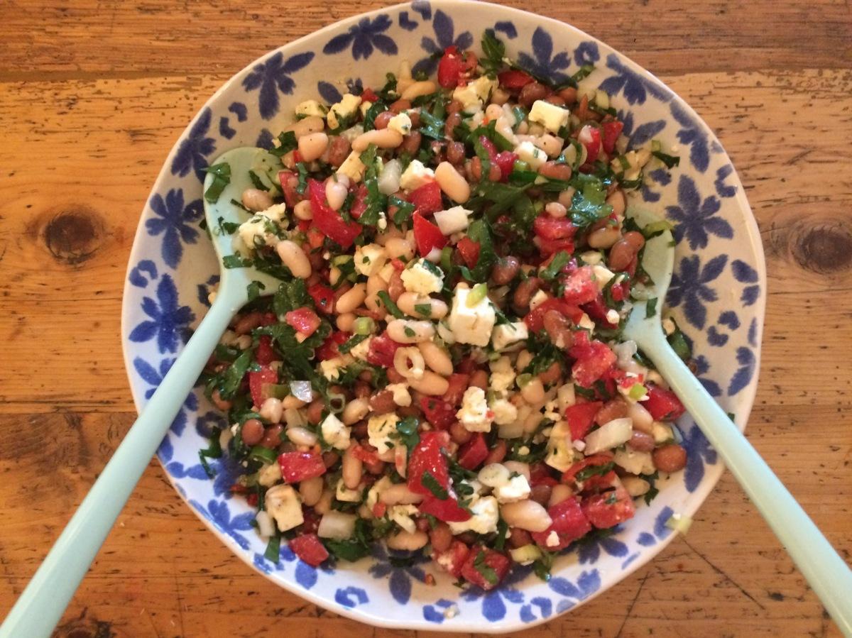 Bohnensalat mit Zwiebeln, Petersilie, Schafskäse und Tomaten