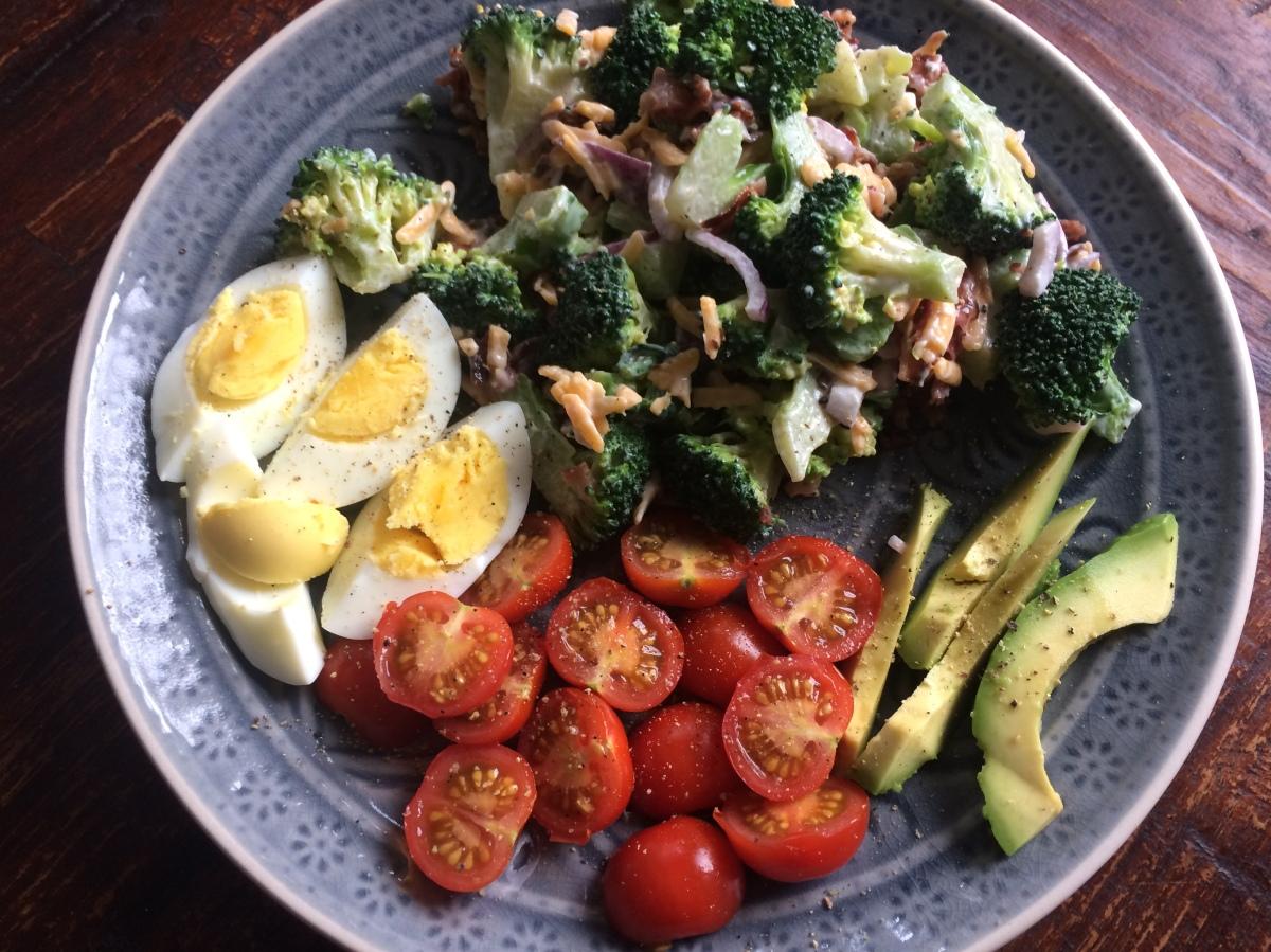 Brokkoli-Salat mit knusprigem Bacon, Käse und roten Zwiebeln