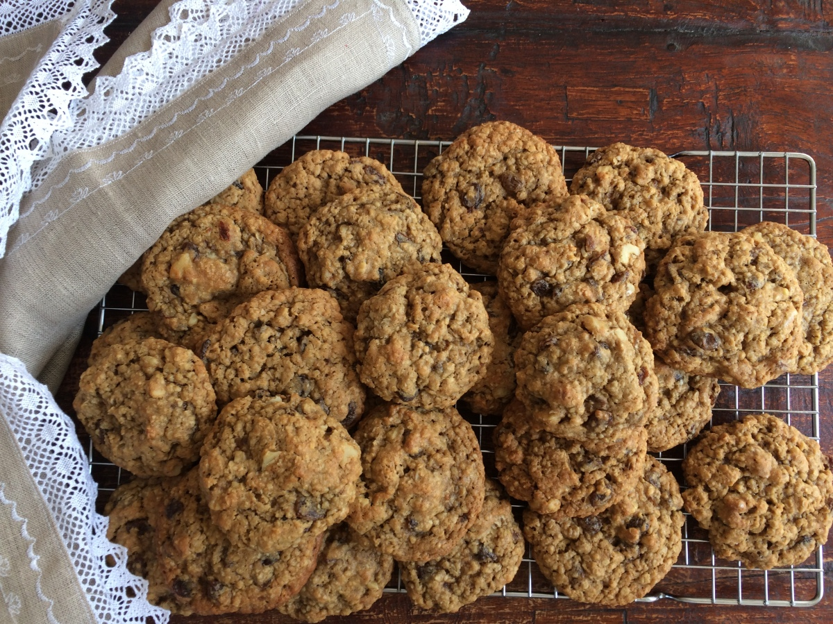 Haferflocken-Cookies mit Rosinen, Walnüssen und Honig (Oatmeal-Raisin Cookies with Walnuts and Honey)